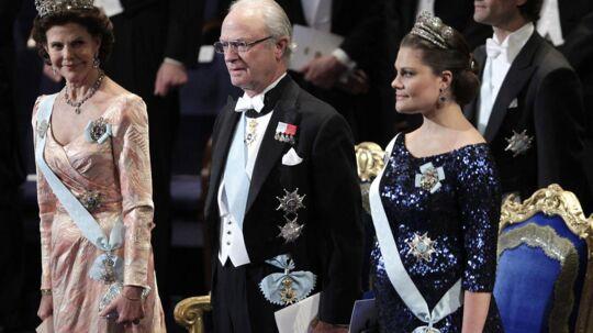 Svenskerne er blevet mere positive overfor kongehuset, efter at kronprinsesse Victoria (th) torsdag fødte en lille pige.