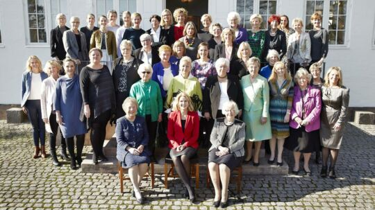 Foråret viste sig fra sin bedste side, da de 42 kvindelige politikere stillede op til »familiefoto« på terrassen ved Marienborg.