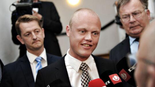 Venstres Torsten Schack Pedersen (tv) Peter Christensen, (i.m.) og Claus Hjorth Frederiksen (th) ankommer til forhandlinger i Finansministeriet fredag den 22. juni 2012. (Foto: Torkil Adsersen/Scanpix 2012)