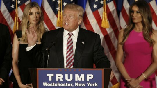 Donald Trump holder tale. Bag ham ses kvinderne i hans liv. Ivanka Trump og Melania Trump