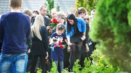 Kamilla Hantusch blev begravet i Bov Kirke. Her ses Kamillas datter Jasmin med sin moster Karina Hantusch ved graven