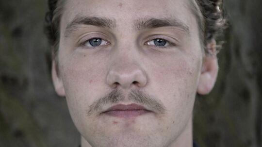 Mikkel Holm Silkjær. 21-årige Mikkel Holm Silkjær er den ubestridte frontmand i det aarhusianske band Yung, som udgiver deres første internationale album d. 3. juni.