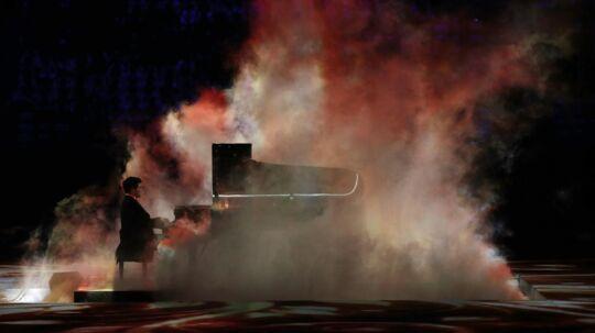 Den russiske pianist Denis Matsuev i røg og damp under afslutningsceremonien for Vinter-OL i Sochi i 2014. Søndag gav han publikum en stor oplevelse i Tivoli. Foto: Phil Noble/Reuters