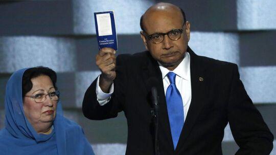 Ghazala Khan (tv), hvis søn blev dræbt i Irak som kaptajn i den amerikanske hær, er gået skarpt i rette med den republikanske præsidentkandidat, Donald Trump.