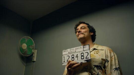 Den brasilianske skuespiller Wagner Moura har lært sig spansk i rollen som verdens mest magtfulde forbryder, Pablo Escobar. Herover virkelighedens Pablo Escobar. Foto fra filmen: Netflix/xposurephotos.com