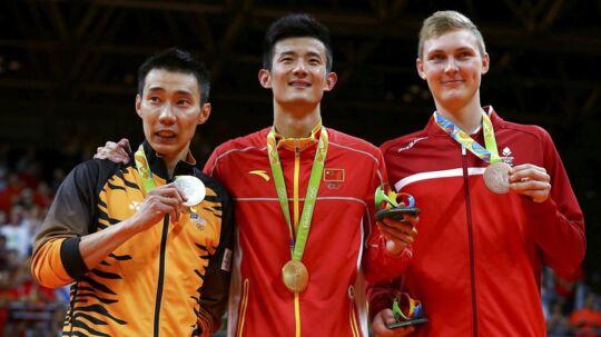 Viktor Axelsen med sin OL-bronze ved siden af guldvinder Chen Long og sølvvinderen Lee Chong Wei