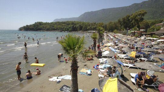 Det er ikke kun danskerne, der har valgt Tyrkiet fra som feriedestination. De største charter-lufthavne i Tyrkiet har alle lidt store passagerfald i sommeren 2016. Her er det stranden i den tyrkiske kystby Marmaris.