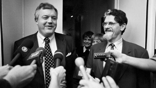 Hans Engell og Mogens Lykketoft møder pressen, da de har indgået en historisk finanslovsaftale.
