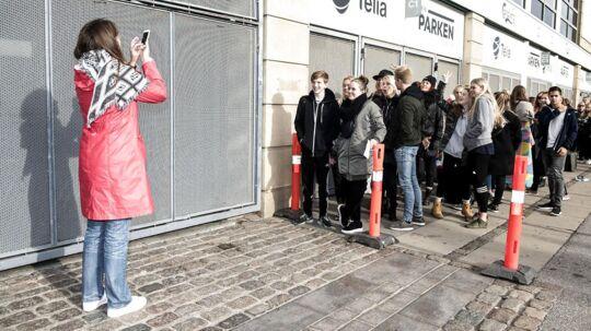 Flere hundrede personer havde fredag eftermiddag taget plads i køen foran Parken for at få de bedste pladser til på søndag, hvor popidolet Justin Bieber spiller i Parken. De forreste fem var vennegruppen Linea Fabricius (20), Matias Sigsgaard (13), Camilla Brinkland (20), Lærke O'Neil (20) og Elena Borgwardt (20).