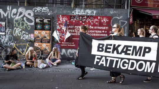 """""""Forsvar vores velfærd""""-demonstration. """"Den 14. september er """"sorte onsdag"""". Den dag hvor mange københavnske kontanthjælpsmodtagere fik besked på, hvor meget de mister i ydelser og boligstøtte. Sørgemarch fra Rådhuspladsen gennem Strøget til Kongens Nytorv og retur."""