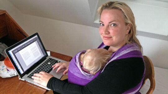 Iværksætter Rebecca Wilms i arbejde med sin virksomhed BabySigning, mens Sofia får sig en skraber. Privatfoto