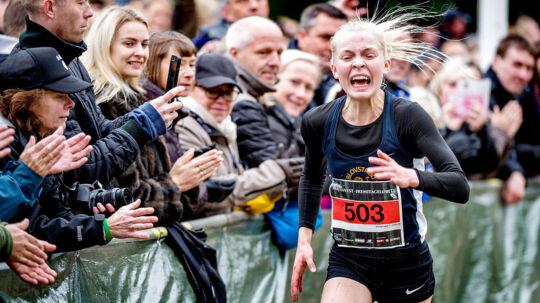 Anna Emilie Møller på vej mod sejren og ny løbsrekord i Eremitageløbet.