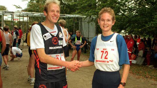 Carsten Jørgensen og Dorte Vibjerg gratulerer hinanden i 1998. Hun satte løbsrekord, mens han var fem sekunder fra Henrik Jørgensens rekord. Foto: Scanpix