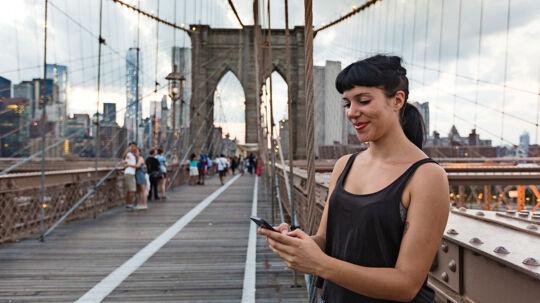 Mange danskere er afhængige af deres mobil – også når vi er ude at rejse. Foto: PR/3