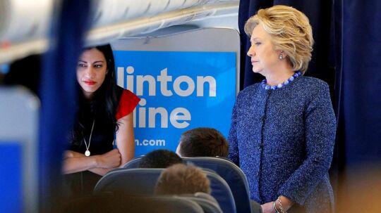 Aide Huma Abedin (tv.) og Hillary Clinton. Her fotograferet d. 28. oktober.