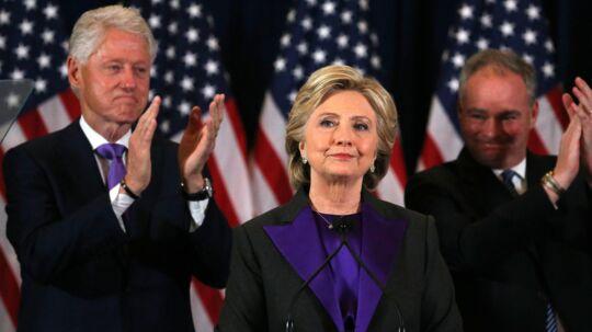 Hillary Clinton talte onsdag aften dansk tid til sine medarbejdere og støtter i New York. Ved hendes side er hendes mand, tidligere præsident Bill Clinton (t.v.), og hendes vicepræsidentkandidat, Tim Kaine. Reuters/Carlos Barria