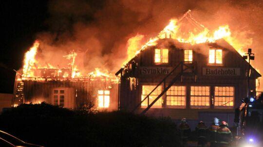 Den første kvinde, der ringede 112 midt om natten, da Svinkløv Badehotel gik i brand, fik skældud for ikke at kunne den præcise adresse. Nu undersøges sagen som politiklagesag.