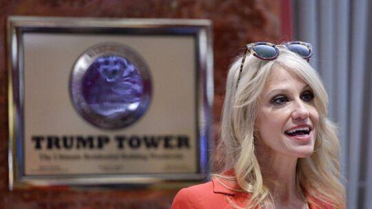 Magtkampen er brudt ud i Trump Tower og Trumps rådgiver Kellyanne Conway sidder midt i stormen.
