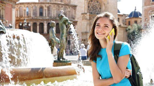 EU ønsker at fjerne udlandstaksten - roamingprisen - for at bruge mobiltelefonen og dataforbindelsen fra udlandet fra næste sommer. Men først skal der tages et opgør med de priser, som teleselskaberne må tage af hinanden. Arkivfoto: Iris/Scanpix