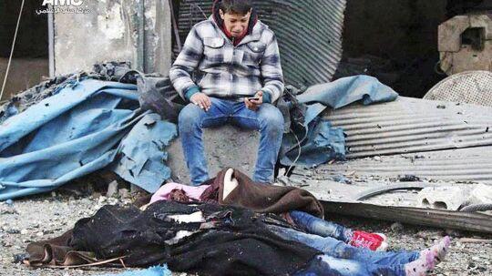 Onsdag mistede denne unge mand sin mor og søster i et af de mange bombeangreb i Aleppo. Foto: EPA/Aleppo Media Center