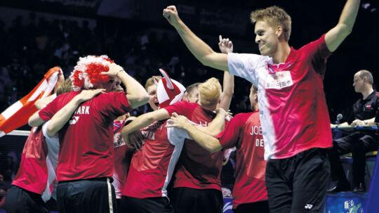 De danske spillere løber på banen, efter Hans-Kristian Vittinghus har sikret Danmark Thomas Cup-titlen for første gang.