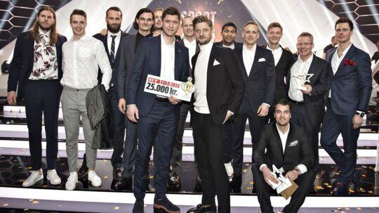 BTs sportschef, Morten Crone Sejersbøl, overrækker BT Guld til det mandlige håndboldlandshold.