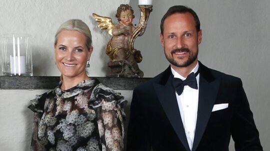 Kronprinsesse Mette Marit (tv) har lagt sig ud med norsk presse, i anledningen af sin ældste søns 20 års fødselsdag. Nu svarer pressen igen. Til højre i billedet kronprins Haakon.
