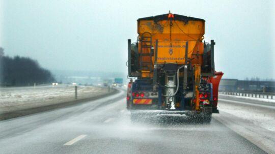 Lastbil salter på grund af isslag. Arkivfoto.