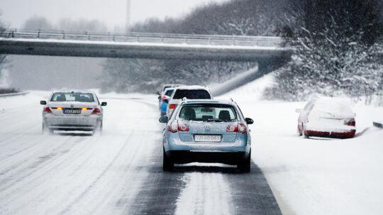 Bil kørt af motorvejen ved Holbæk motorvejen.