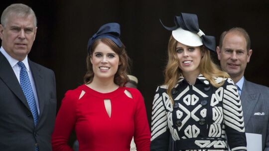 Her er det prins Andrew til venstre, så prinsesse Eugenie, dernæst prinsesse Beatrice og til højre er det prins Edward.