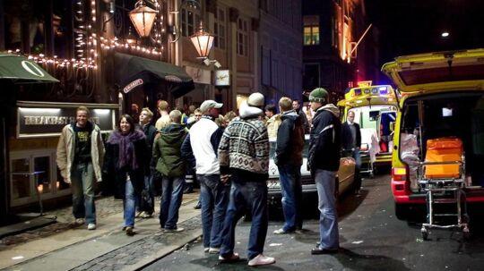 På natpatrulje med narkopolitiet i København, hvor betjente ved 04-tiden bliver kaldt til en bar, hvor en gæst har givet en anden gæst en flaske i hovedet.
