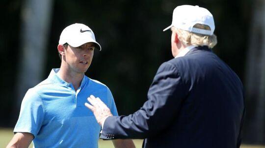 Rory McIlroy taler med Donald Trump under en golfturnering i 2016 på en af Trumps baner i Florida. I søndags var de ude på en hyggerunde golf.