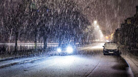 Hvis man skal ud og køre i løbet af natten eller i morgentimerne, er det, ifølge DMI og Vejdirektoratet, en rigtig god ide at være opmærksom på glatte veje.