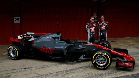 Kevin Magnussen og Romain Grosjean foran 2017-udgaven af Haas-raceren.