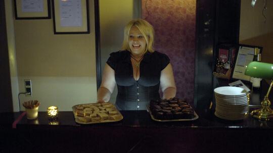 Stella Spælling bager både banankager og pølsehorn til det kommende åbne hus arrangemet i swingerklubben.