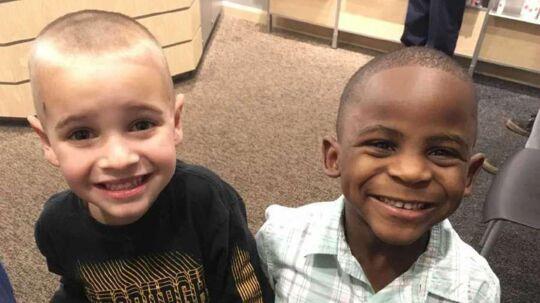 Her ses Jax og Reddy efter Jax' klipning. Om læreren var i stand til at se forskel på de to, melder historien ikke noget om.