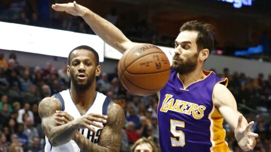 Tidligere Los Angeles Lakers-spiller José Calderón (th.) er blevet fyret af Golden State Warriors efter blot to timer i klubben. Han har dog ingen grund til at hænge med mulen, han bliver nemlig kompenseret godt for sit korte ophold i Oakland, Californien
