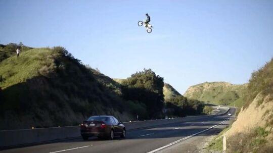 Her ses Kyle Katsandris i det vilde hop over en motorvej i USA.