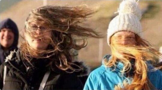 Når man har sat håret, og det blæser.