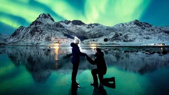 Frieriet - da det endelig lykkedes - skete under nordlyset på Island.