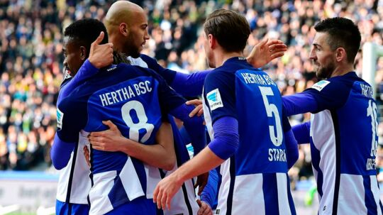 Hertha Berlin's Ivorian striker Salomon Kalou (L) celebrates with teammates after scoring during the German First division Bundesliga football match of Hertha Berlin vs Borussia Dortmund in Berlin, Germany, on March 11, 2017. / AFP PHOTO / Tobias SCHWARZ / RESTRICTIONS: DURING MATCH TIME: DFL RULES TO LIMIT THE ONLINE USAGE TO 15 PICTURES PER MATCH AND FORBID IMAGE SEQUENCES TO SIMULATE VIDEO. == RESTRICTED TO EDITORIAL USE == FOR FURTHER QUERIES PLEASE CONTACT DFL DIRECTLY AT + 49 69 650050