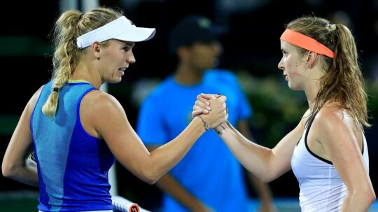epa05815196 Elina Svitolina (R) of Ukraine shake hands with Caroline Wozniacki of Denmark after winning her final match against Caroline Wozniacki of Denmark at the Dubai Duty Free Tennis WTA Championships in Dubai, United Arab Emirates, 25 February 2017. EPA/STRINGER