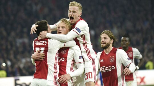 Ajax Amsterdam's forward Kasper Dolberg (2nd L) celebrates with his teammates after scoring on a penalty kick during the UEFA Europa League Round of 16, second leg football match Ajax Amsterdam vs FC Copenhagen on March 16, 2017 in Amsterdam. / AFP PHOTO / JOHN THYS