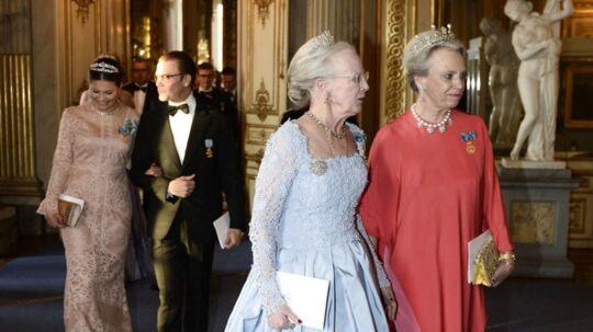 Dronning Margrethe og prinsesse Benedikte i ensom majestæt til den svenske kong Carl Gustafs 70 års fødselsdag sidste forår.