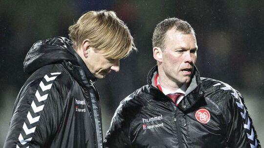 AaB-skuffelse efter nederlaget. Her Superliga-klubbens sportsdirektør Allan Gaarde, til venstre, og cheftræner Morten Wieghorst.