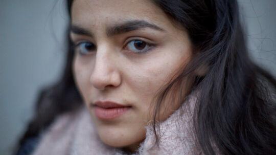 Rokhsar er blevet lovet svar på om hun kan få asyl i Danmark i denne uge. Den 16-årige piges 'aflastningsmor' Berit Bonde (indsat) frygter for den unge piges liv, hvis udlændingestyrelsen giver hende og familien afslag. (Foto: Michael Bothager)(Indsat: Berit Bonde, Rokhsars 'reservemor'. Privatfoto.)