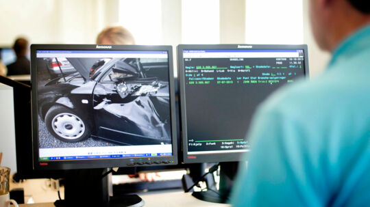 Efterforskere hos forsikringsselskaberne er trænede i at atsløre mistænkelige skadesanmeldelser. Hos flere selskaber er det tidligere politifolk, der efterforsker svindelsager.