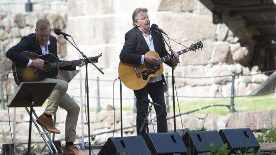 Sven-Erik Magnusson (th) og sønnen Oscar Magnusson under en koncert.