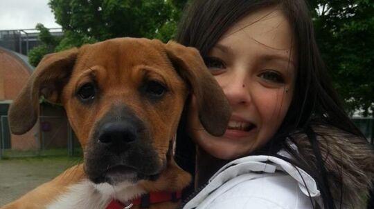 Laura som yngre sammen med sin hund Molly.
