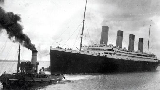 Det her er det sidst kendte billede af Titanic. Billedet er taget, da det storslåede skib sejler fra havnen i Southampton på sin jomfrurejse i 1912. Fem dage efter støder Titanic mod et isbjerg og synker.